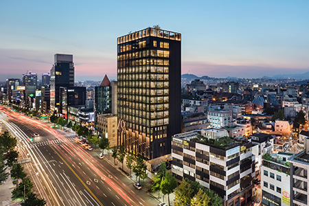 In designing the 15-story headquarters for international luxury clothier Shinsegae International, the design team sought to create an iconic landmark in the heart of Gangnam-gu, one of Seoul's largest districts.