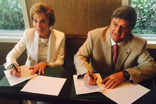 President Genshaft signs the agreement to extend USF's partnership with USIL in Peru.