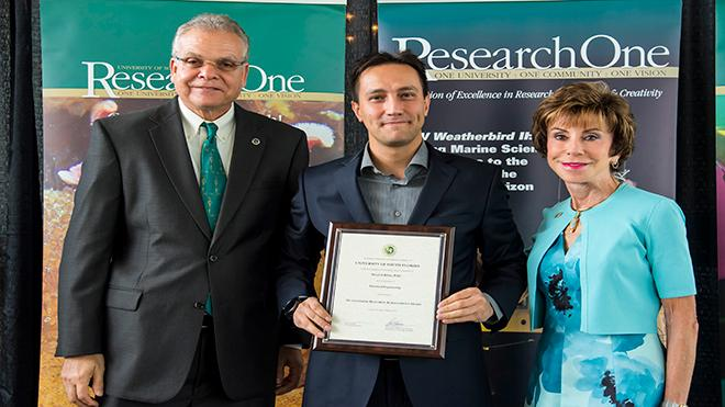 Picture of EE Assistant Professor Selçuk Köse receiving Faculty Outstanding Research Achievement Award