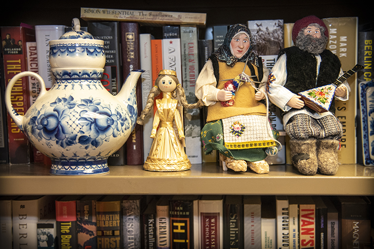 Bookshelf with a teapot and Russian dolls
