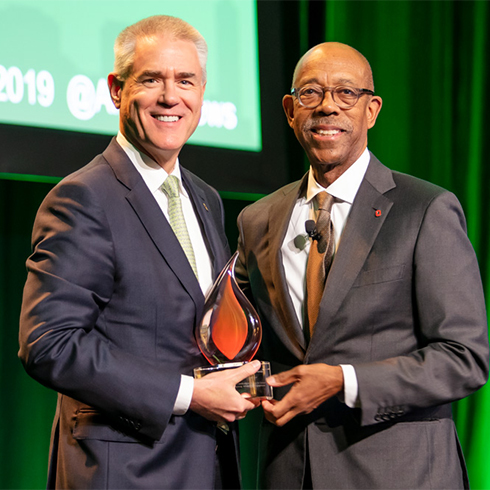 USF President Steve Currall accepts APLU Award