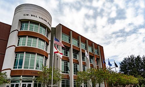 CW Bill Young Hall con le bandiere degli Stati Uniti e dello Stato della Florida e le bandiere di servizio dell'esercito, dei marines, della marina, dell'aeronautica e delle forze spaziali